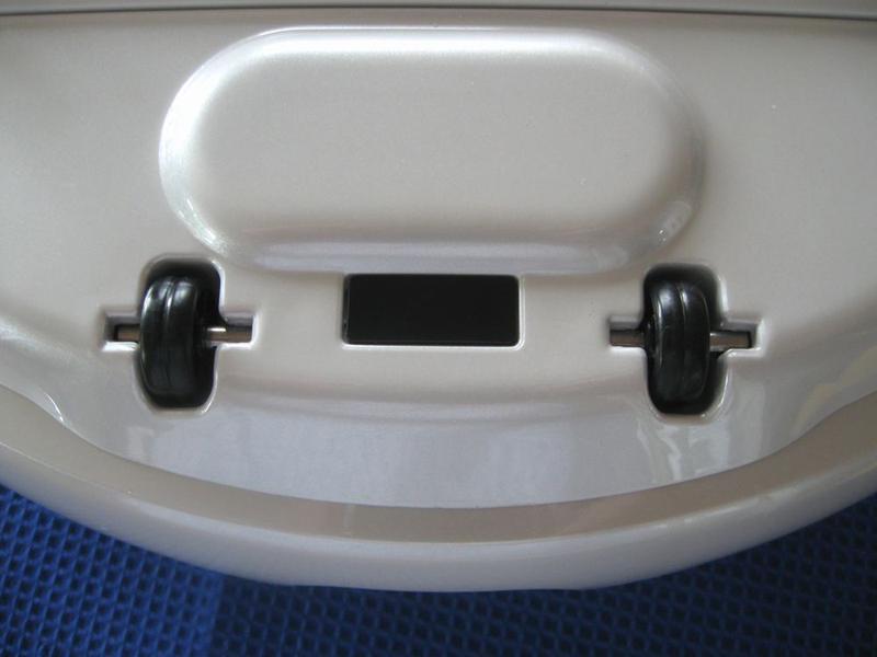 2つの車輪の間にある黒く四角い部分が落下防止センサー