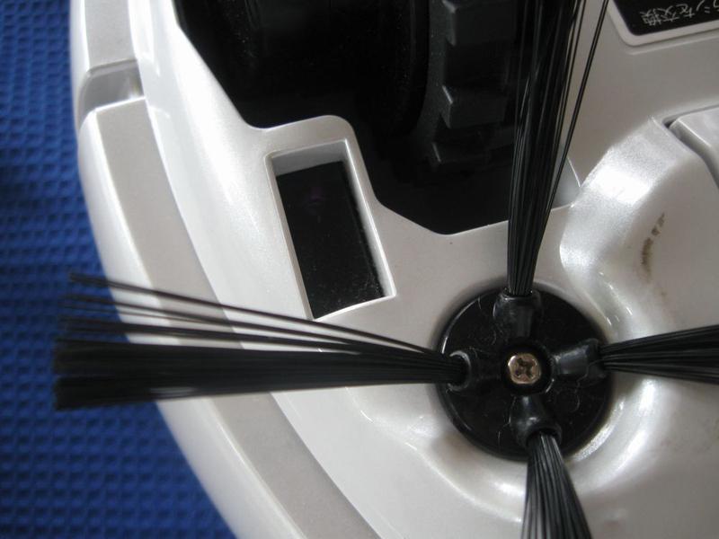 落下防止センサーはそれぞれのサイドブラシのすぐ下にもある