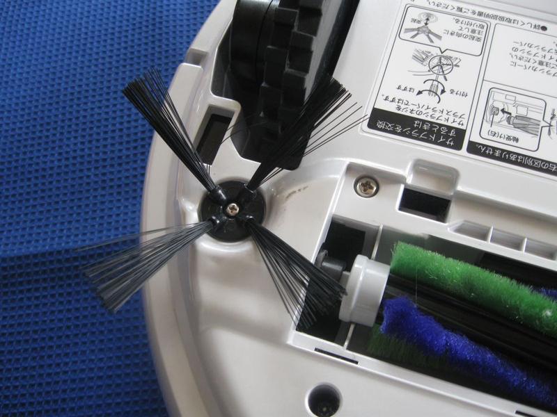 左右2か所のサイドブラシは、中央の回転ブラシと連動して動く仕組みになっている(回転ブラシカバーを外して撮影)