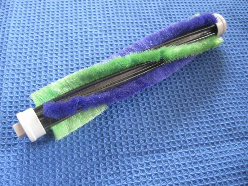 掃除の要となる回転ブラシ。サイクロンクリーナーで培ったブラシの技術を使い、フローリングの目地のホコリまでしっかりとかき出す