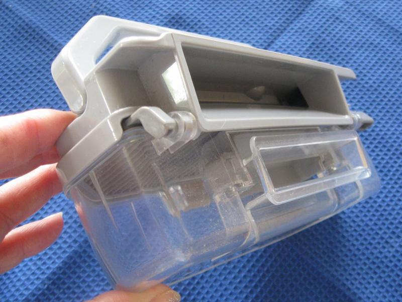 ダストボックスを取り外したところ。吸引口から入ったゴミやホコリがダストボックス内に入り、プリーツ状になったHEPAクリーンフィルターで微細なホコリがキャッチされて上部の排気口から風だけが通過していく