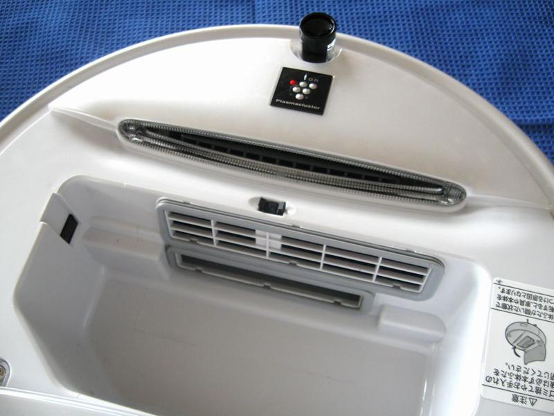 ダストボックスを外した本体内部。一番下に見えるのがゴミの吸引口、まん中が排気口、最終的には高濃度プラズマクラスターと一緒にクリーンな空気が室内に放出される仕組みだ