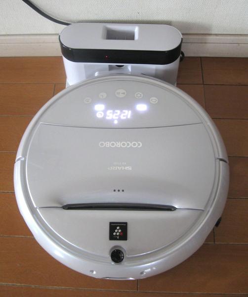 充電中のCOCOROBO。本体も充電台もホワイトベースなのでとても清潔感がある