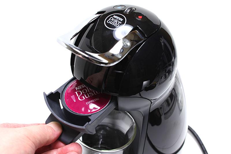 本体のカプセルホルダーにカプセルを入れてセットし、ボタンを押す程度でコーヒーを淹れられる