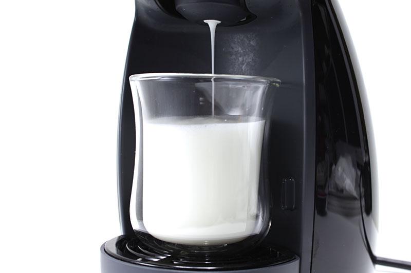 「ミルクタイプ」のコーヒー「ラテ マキアート」を淹れてみる。まずはミルクから抽出。泡だったミルクが出てくる