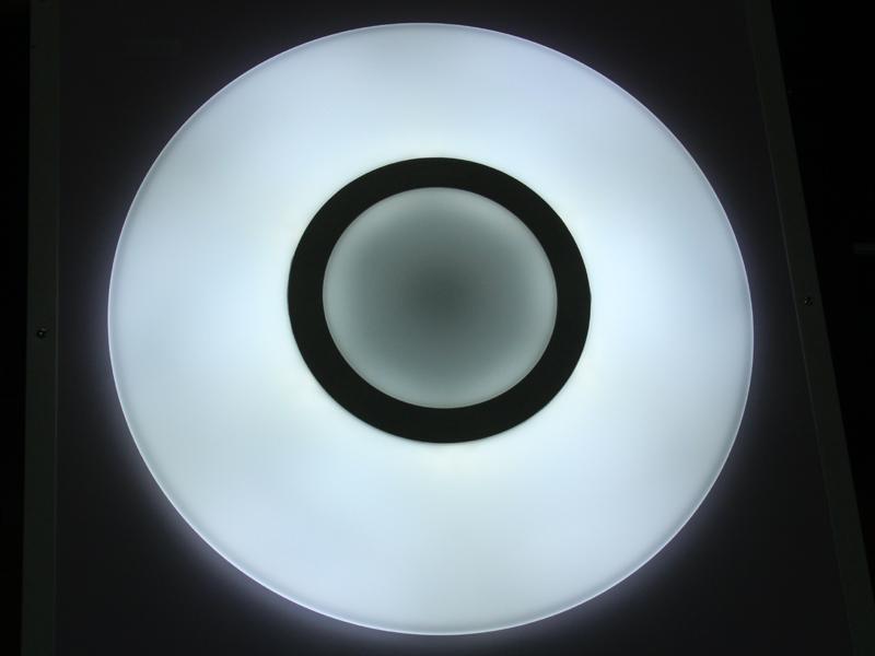 もちろん、さくら色以外の調色も可能。写真は「寒色」(ホワイトバランスは白熱電球[約3,200K]に固定して撮影。右も同じ)