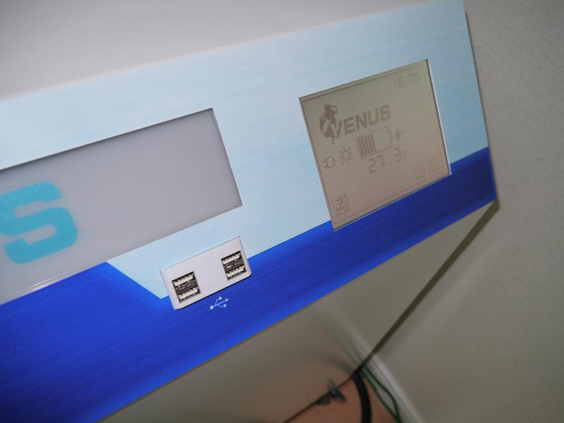 USBポートも搭載しており、スマートフォンなどの充電も可能
