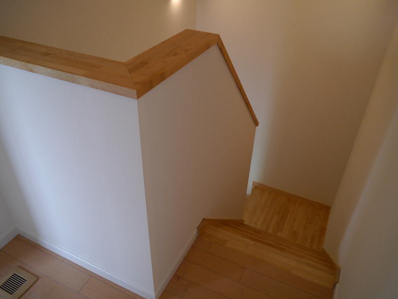 階段の様子。室内も木の温もりを感じさせるものになっている