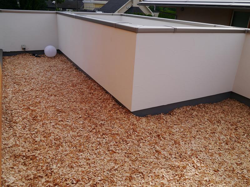 屋上ガーデンにはヒノキのチップをまいている。ヒノキの香りが広がる