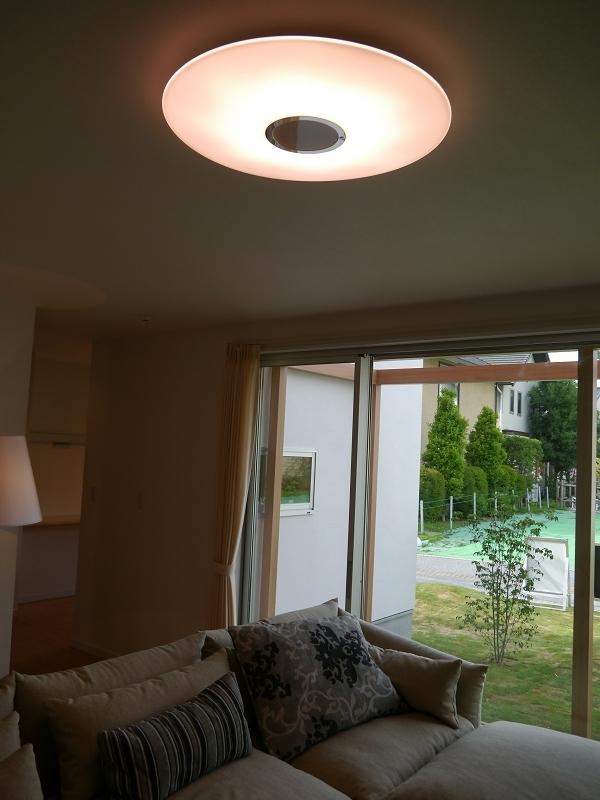リビングの照明には、シャープのさくら色LED照明を使用