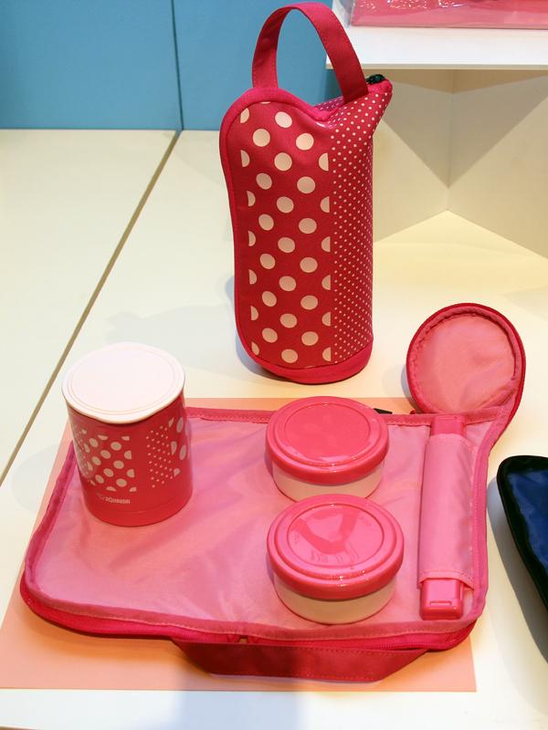 本体には2つのおかず容器とごはん容器が付属する。容器の色は、ポーチの色と同系色で統一