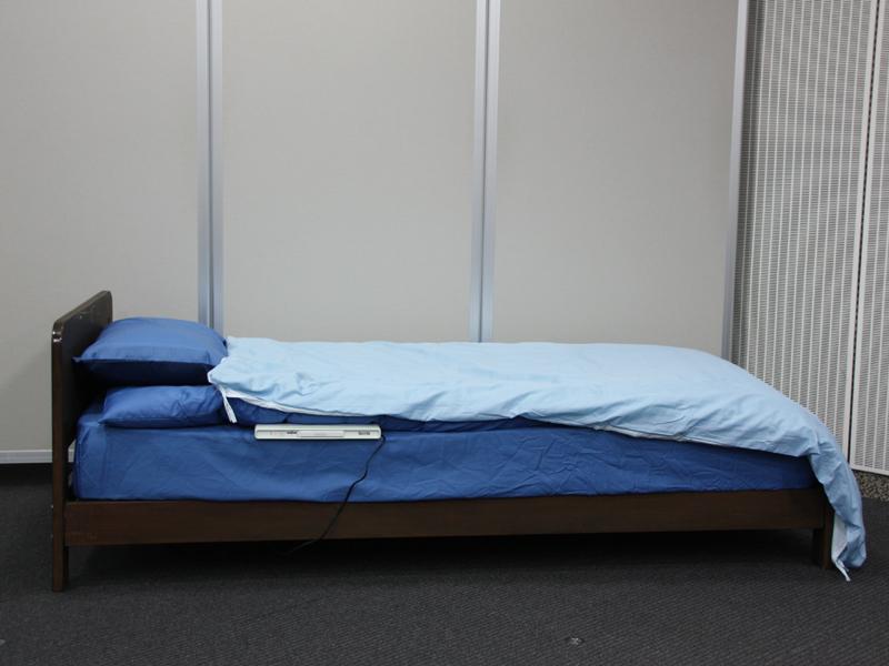 寝具の下に敷いて使う。本体は細長いマット型で、中に水が入っており、柔らかい触感