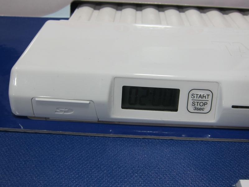 向かって左側に、SDカードの差込口を搭載。記録用の2GBのSDカードが同梱される。SDカードには約400回分のデータが登録できる