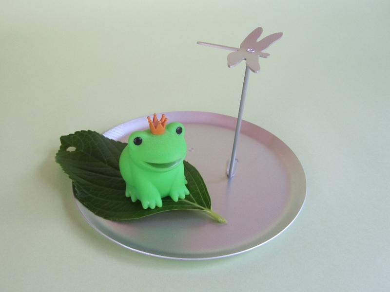 カエルのライトがあったので、あじさいの葉っぱに乗せて置いてみました。ユーモラスでかわいい! 皿に水を薄く張っても素敵