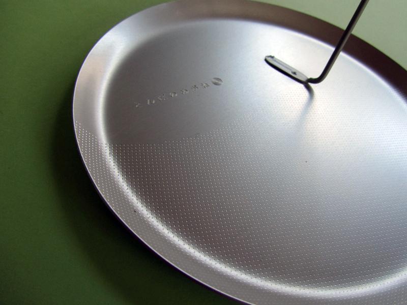 皿の部分には、下2/3ほどに小さな点々で模様があります。流れる風を感じさせる控えめな演出