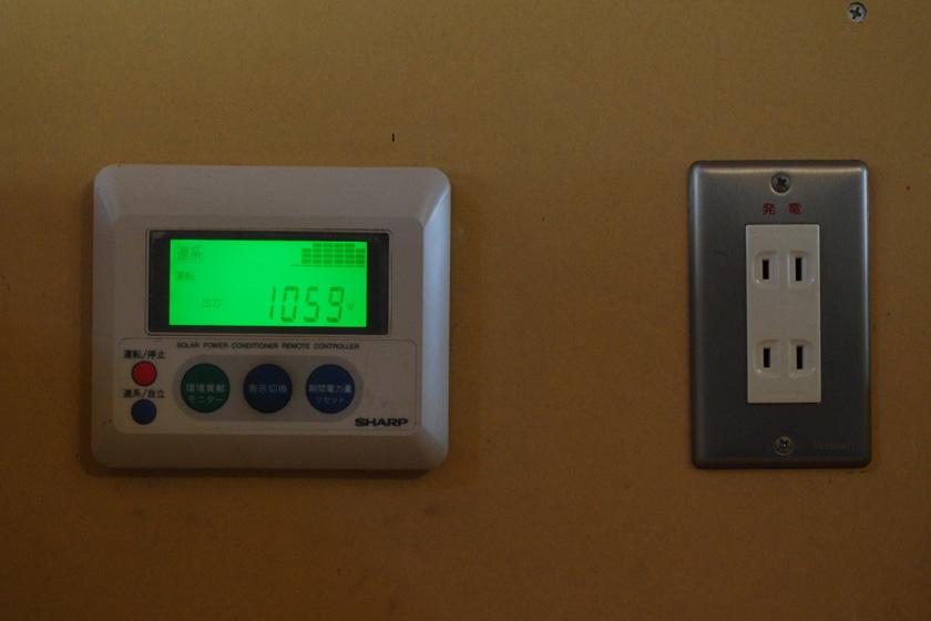 我が家の太陽光発電システムのモニター。2004年末に導入したため、機能は数値を表示するだけと非常に簡単なものになっている