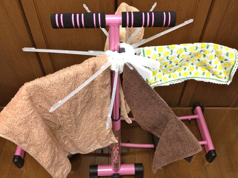 タオルだけだと重くなりすぎてしまうので、ハンカチも混ぜて干す