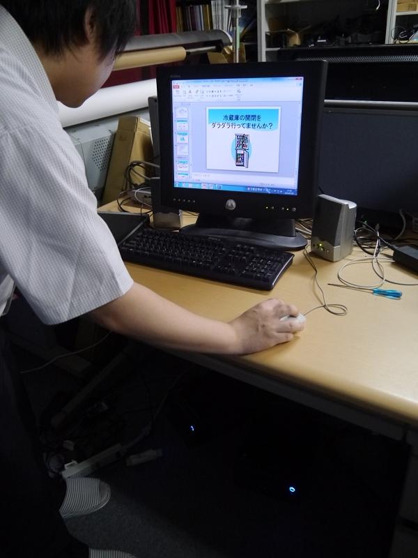デジタルサイネージに表示されるスライドは研究室から操作する。表示用には34枚のスライドを用意