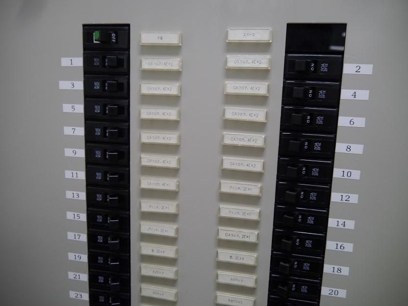教室ごとに分電盤が設置されている構造。ここでもセンサーが設置されている