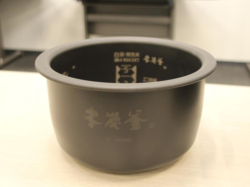 炭素材料を99.9%使用した、底部中央分の厚さ7.5mmの「本炭釜」を採用する