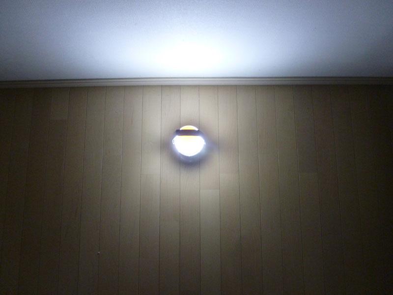周囲は360度まんべんなく照らす。床面よりも上方向が明るい