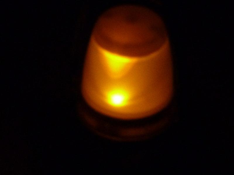 常夜灯は琥珀色のLEDを使っている