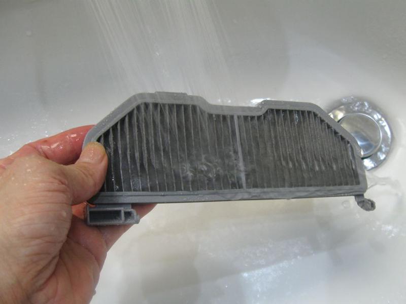 HEPAクリーンフィルターも水洗いができる。シャワーの勢いで汚れを落とすとよく取れる