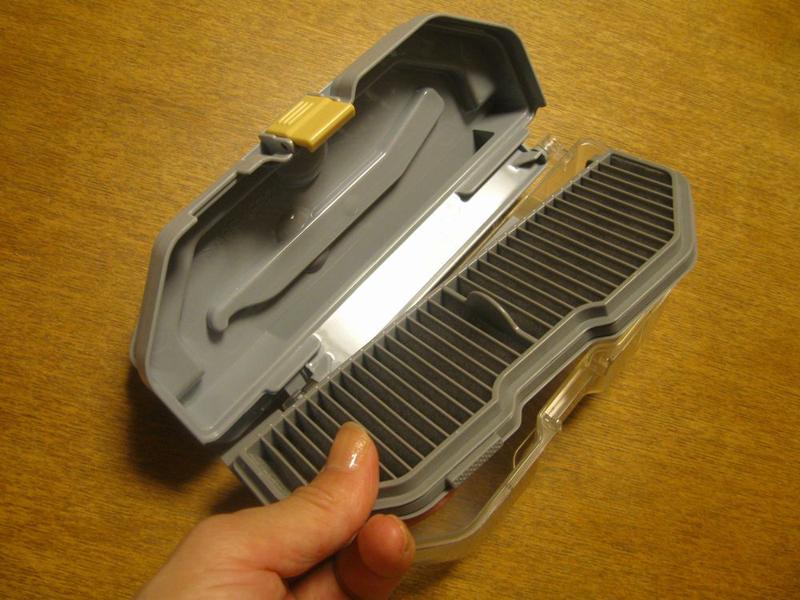 丸1日乾かしたら、ダストボックスにHEPAクリーンフィルターをセットする。まずは左側の軸の突起をダストボックスにセットする