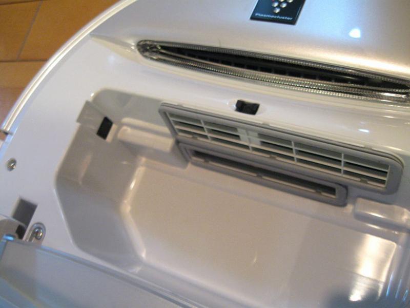 ダストボックスを入れるところにも、たまったゴミの量を見張るセンサーがある。ここが汚れていたら柔らかい布で軽く拭こう