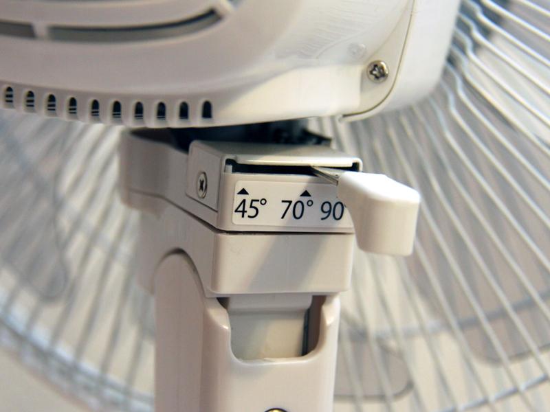 首振り運転の角度が選べるのは、日立の扇風機の特徴。個人的には45度で1人で当たるのが大好きだ