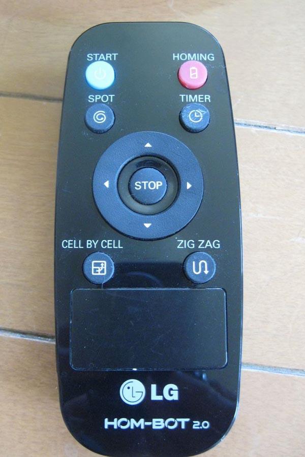 付属のリモコン。リモコンの十字キーを使って手動モードで掃除することも可能
