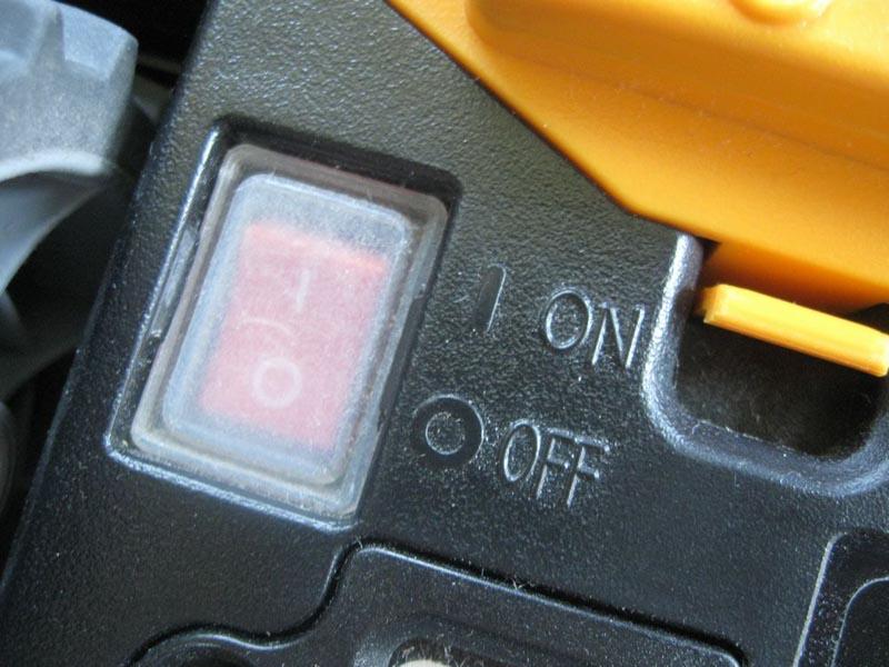 使い始める時は、まず底面にあるスイッチをオンにする