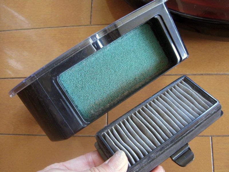 HEPAフィルターを取り外すと綿ボコリや髪の毛などを除去するスポンジフィルターが現れる