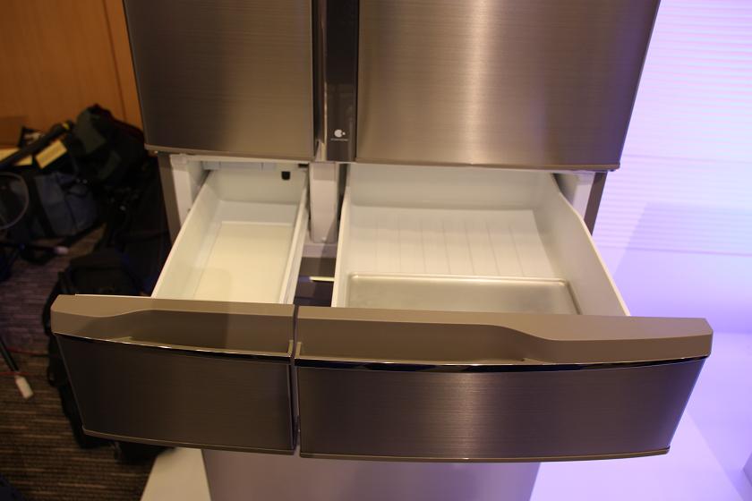 左側が製氷室、右側が食品を素早く冷凍できる新鮮凍結ルーム
