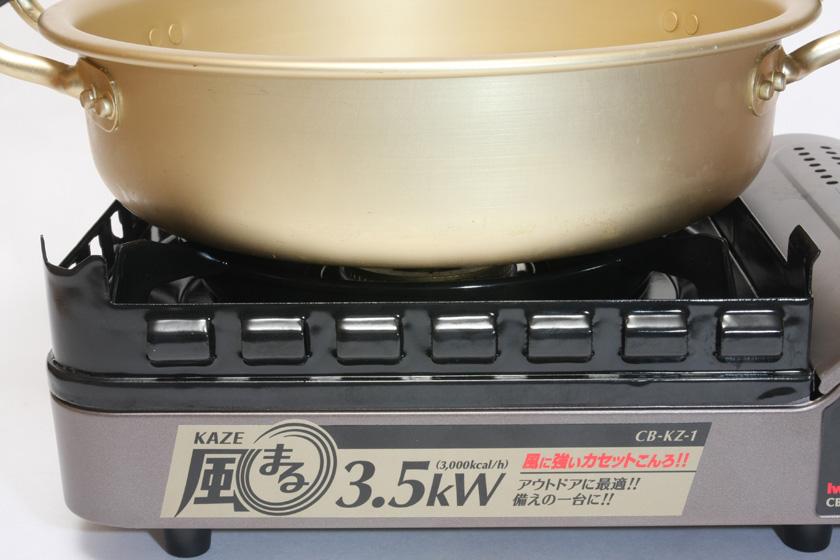 コンロの外側が風防に覆われていて、鍋を乗せるとバーナーに直接風が当たらない