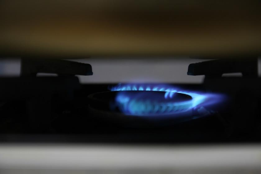中では半分の火が消え、すこしガス臭い
