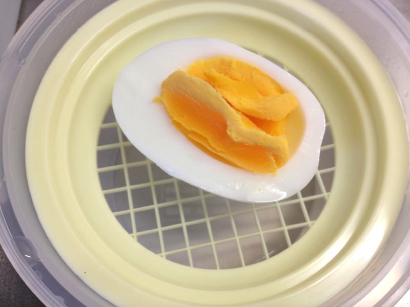 卵を裏ごしメッシュの上に置こう