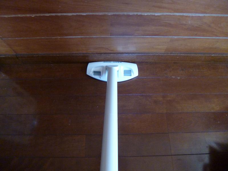 延長管の先にフロアノズルを取り付けた。床掃除に便利だ