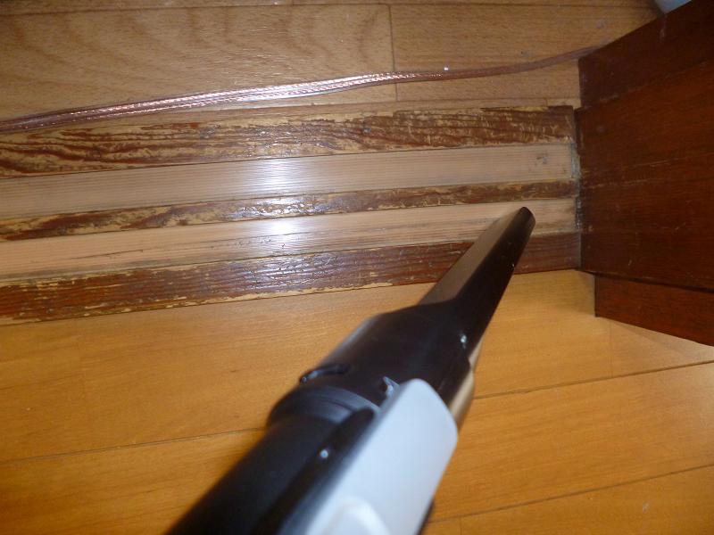 先細ノズルはサッシや棚の隙間のホコリを吸い取る