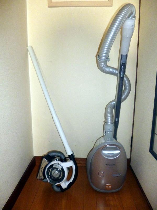 普通の掃除機(パナソニックの紙パック式掃除機「MC-PA12G」)と並べたところ。フロアフレキシーはコンパクトだ