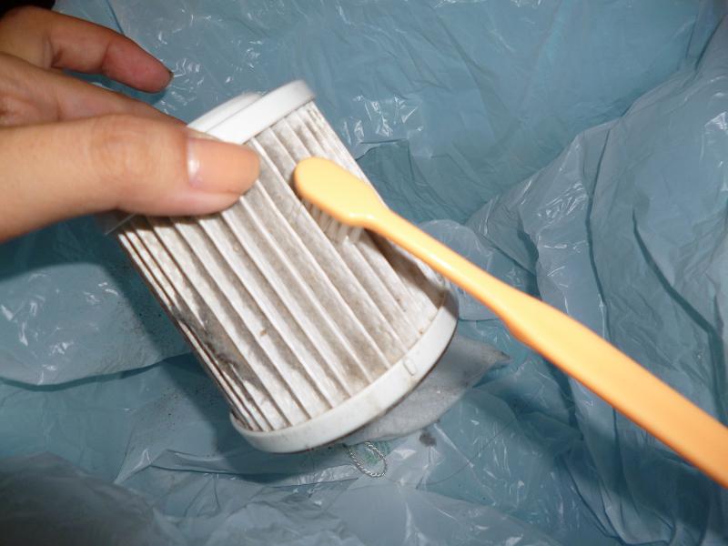クリーニングダイヤルフィルターを外すと現れるHDフィルターは、水洗いできないので、柔らかいブラシなどでホコリを取り除こう
