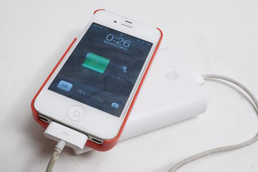 iPhone 4Sを充電してみたところ。要求電力がシビアなのでiPhone 4Sが充電できれば、大半のスマホはOKになるし、すっかり増えたUSB充電対応製品も安心だ。