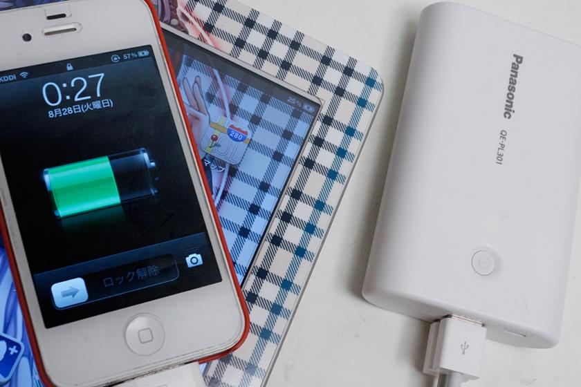 iPhone 4SとiPad 2を同時に接続してみたところ。iPad 2側は充電されないかと思ったら、充電が開始された。ただし、とてもゆるやかに充電しているようで、アプリを操作してみたところ、バッテリー残量の数値が減少することがあった
