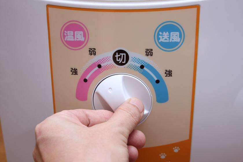 電源スイッチはダイヤル式で、送風と温風の切り替えが可能。また強弱も変えられる