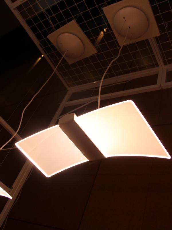 導光板が左右に付いた「ラウンドスクエアタイプ」。写真は光束が1,200lmの「DL-PD02K」