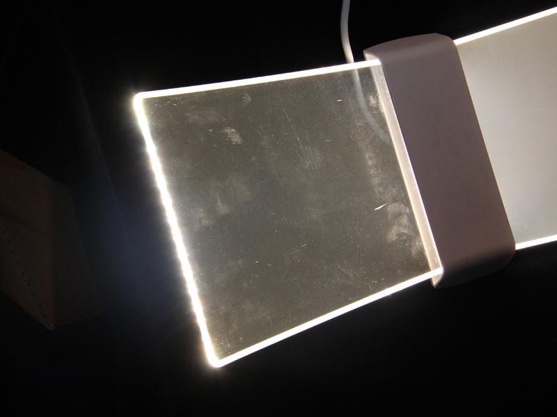 一般的な導光板は、中央部分が透明