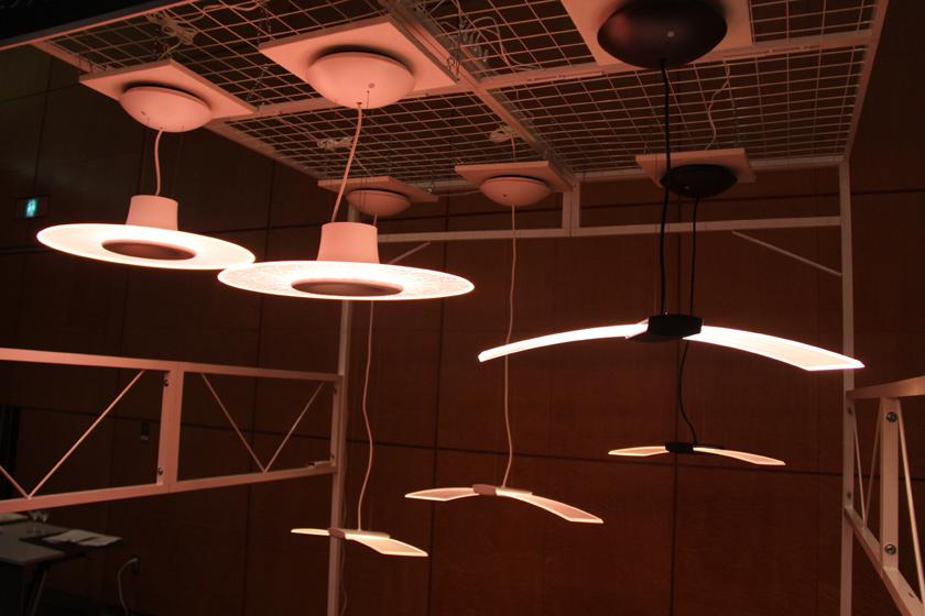 商品コンセプトは「光の板が浮かんでいるように見える」デザイン