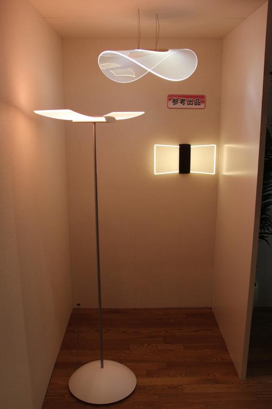 新製品の導光板を利用した、フロアスタンドやブラケットなども、参考出品として展示された