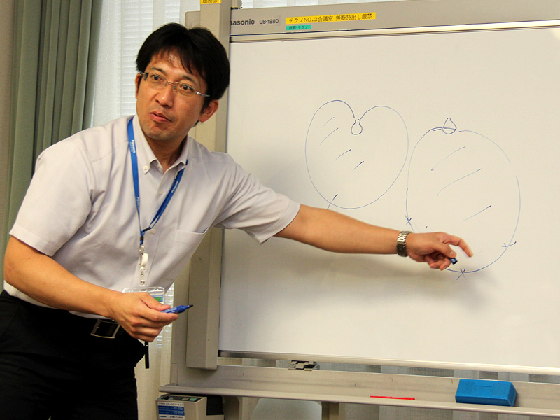 白熱電球とLED電球の配光特性の違いを説明する嶋田氏。同じ明るさでも、配光の違いによって明るさの印象は変わる