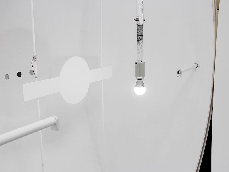 全光束は球体の中心に試験する電球をセットし、球体を閉じて発光させ、明るさの総量を平均化して計測する